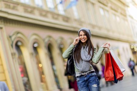 쇼핑에 젊은 여자 스톡 콘텐츠
