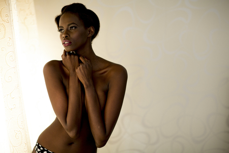 jeune femme nue: Jeune femme africaine