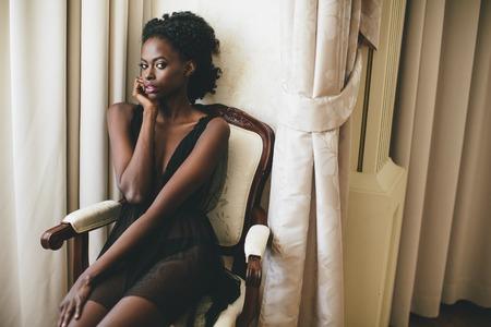 mujeres negras: Negro mujer joven en la sala de Foto de archivo