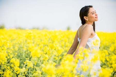 campo de flores: Mujer joven en el campo de la primavera Foto de archivo