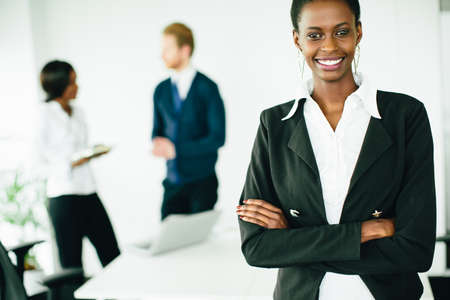 mujeres negras: Young woman in the office