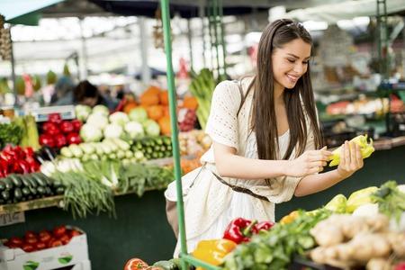 agricultor: Mujer joven en el mercado