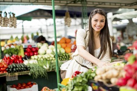 젊은 여자가 시장에