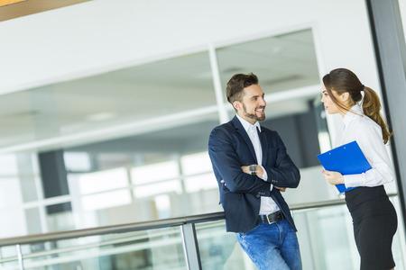 オフィスで働く若いカップル