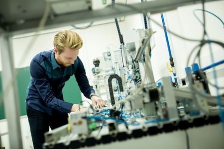 electricidad industrial: Ingeniero en la f�brica