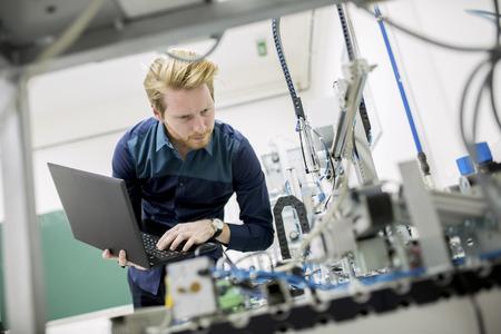 tecnologia: Ingegnere in fabbrica Archivio Fotografico