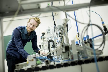 electricista: Ingeniero en la fábrica