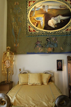 salvador dali museum: FIGUERES, SPAIN - JULY 27: Dalis bedroom in Dali Museum in Figueres, Spain at July 27, 2010. museum opened on September 28, 1974 and it houses the single largest and most diverse collection of works by Salvador Dali. Editoriali