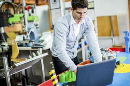 herramientas de mecánica: Ingeniero en la fábrica