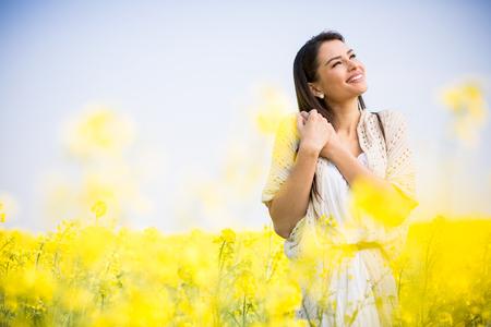 femme romantique: Jeune femme dans le domaine de printemps