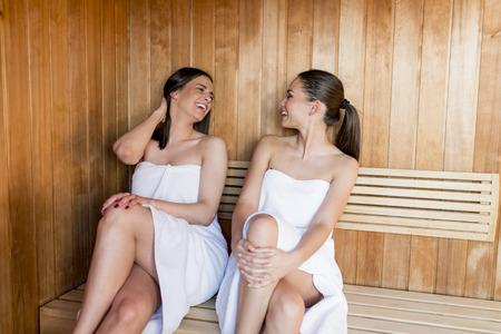 Las mujeres jóvenes relajarse en la sauna