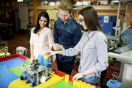 robot: Los jóvenes en el aula de robótica Foto de archivo