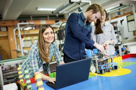 로봇 교실에서 젊은 사람들