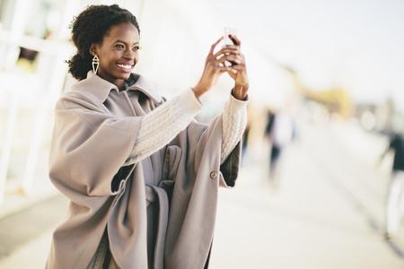 black girl: Junge schwarze Frau auf der Straße Lizenzfreie Bilder