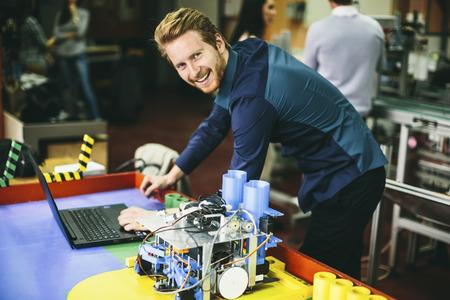 herramientas de mecánica: Los jóvenes en el aula de robótica Foto de archivo