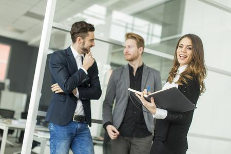 empleados trabajando: Los jóvenes en la oficina
