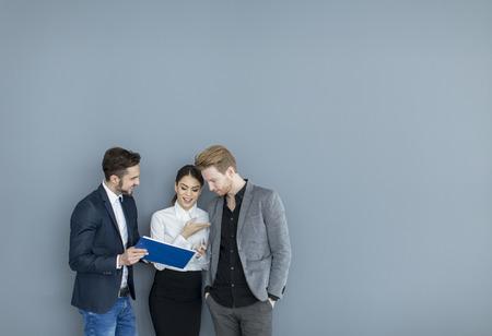 Jonge mensen werken in het kantoor Stockfoto