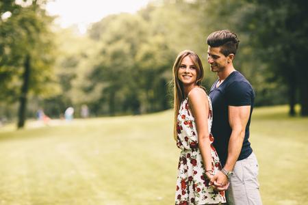 parejas amor: Pareja joven en el parque Foto de archivo