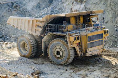 camion volquete: Truck in open pit mine