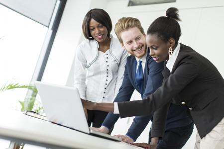 black girl: Junge Menschen, die im Büro Lizenzfreie Bilder
