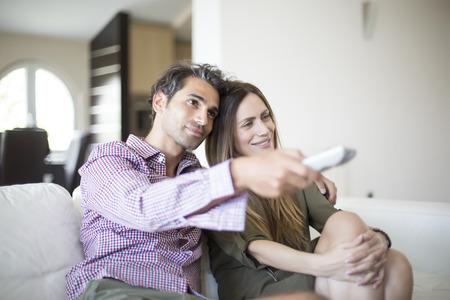 pareja viendo television: Pareja joven viendo la televisión Foto de archivo
