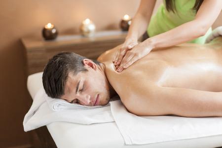 Jeune homme ayant un massage Banque d'images