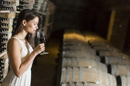 ワインセラーの若い女性