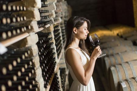 와인 저장고에 젊은 여자