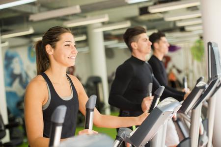 fitness men: Los j�venes de entrenamiento en el gimnasio Foto de archivo