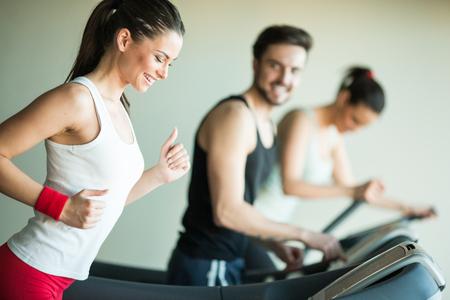 체육관에서 훈련 젊은 사람들 스톡 콘텐츠