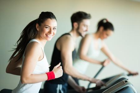 corriendo: Los j�venes de entrenamiento en el gimnasio Foto de archivo