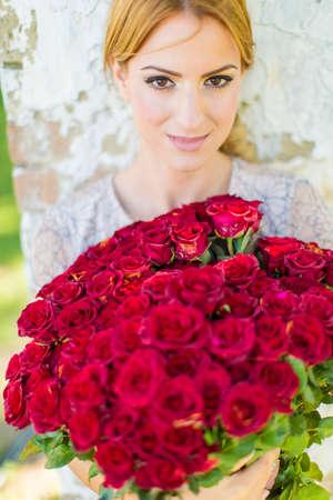 mujer con rosas: mujer joven con las rosas rojas