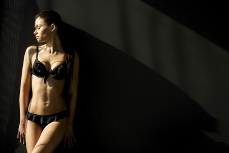 jungen unterw�sche: Junge Frau in Unterw�sche auf dem Zimmer