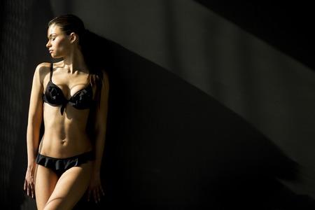 ropa interior: Mujer joven en ropa interior en la sala de