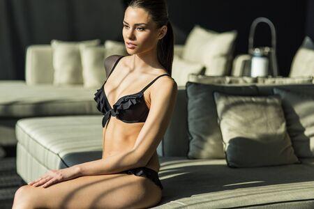 jungen unterwäsche: Junge Frau in Unterwäsche auf dem Zimmer