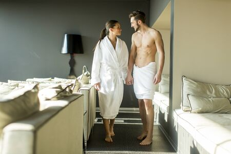 mujer enamorada: Joven pareja en la habitación Foto de archivo