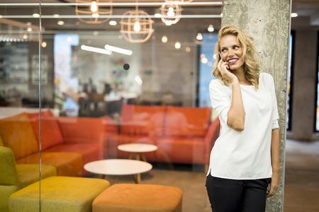ライフスタイル: 携帯電話を持つ若い女性 写真素材