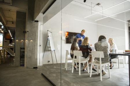 사무실에서 젊은 사람들 스톡 콘텐츠