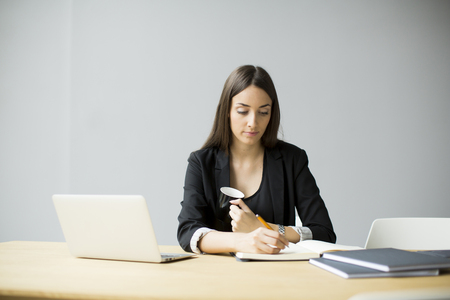 mujer sola: Mujer joven que trabaja en la oficina