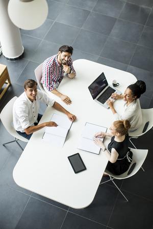 business administration: Los j�venes en la oficina