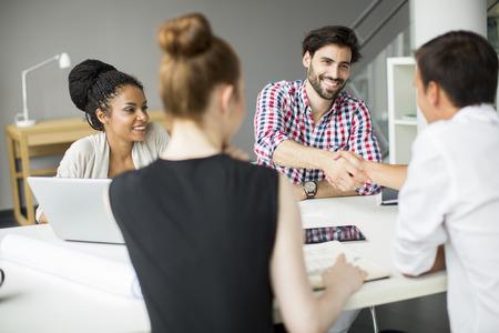 mujeres juntas: Los jóvenes en la oficina