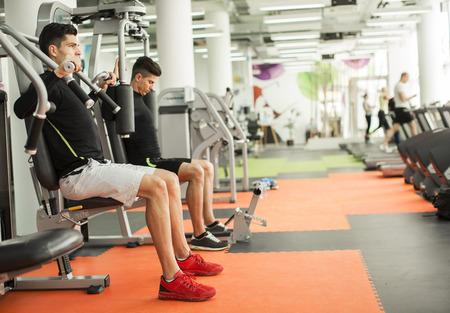 gimnasio: Hombre joven en el gimnasio