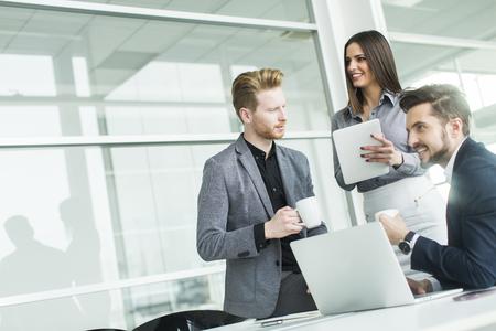 tecnología informatica: Los jóvenes en la oficina