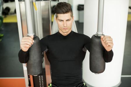 salud y deporte: Hombre joven en el gimnasio
