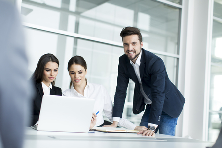 working people: Los j�venes que trabajan en la oficina