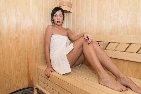 sauna nackt: Junge Frau in der Sauna