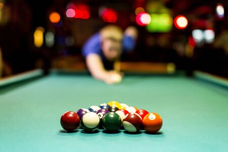 cue sticks: Young man playing snooker in the bar