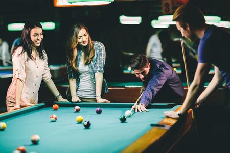 hombre disparando: Los jóvenes que juegan al billar