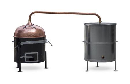 destilacion: Brandy de calderas de destilación aislado en blanco Foto de archivo