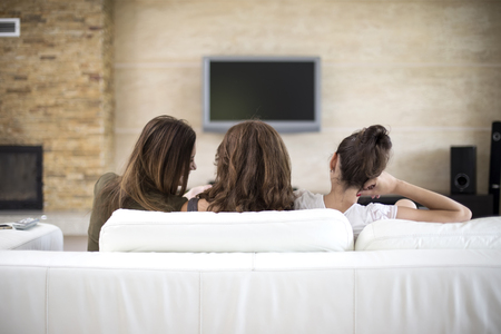 mujer viendo tv: Mujer joven que ve la TV